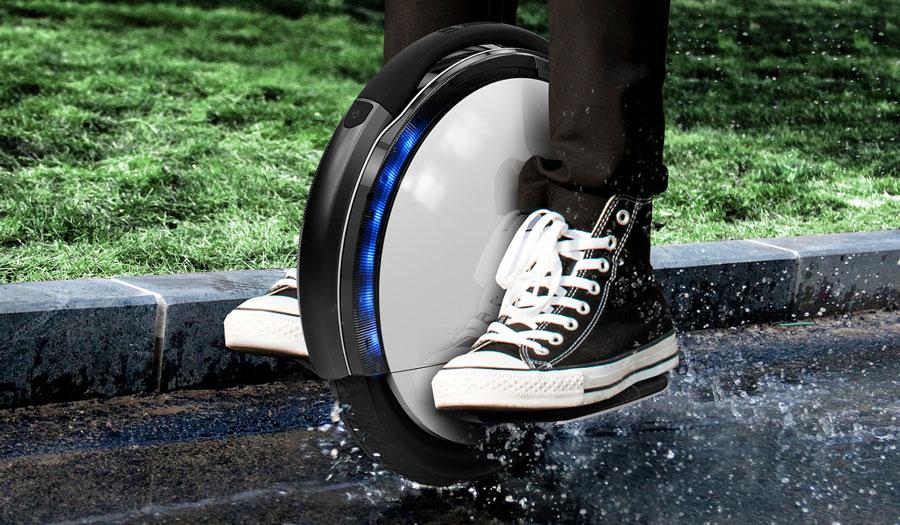 Monociclo electrico en lluvia