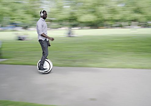 Monociclo electrico en parque ocio